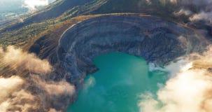 Η εναέρια άποψη σφάλματος κηφήνων υπερβολική του όμορφου ηφαιστείου Ijen με την όξινη λίμνη και το θείο δηλητηριάζουν με αέρια τη απόθεμα βίντεο