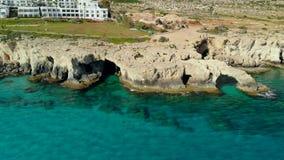 Η εναέρια άποψη της θάλασσας ανασκάπτει μέσα τη δύσκολη ακτή, Ayia Napa, Κύπρος απόθεμα βίντεο