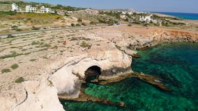 Η εναέρια άποψη της θάλασσας ανασκάπτει μέσα τη δύσκολη ακτή, Ayia Napa, Κύπρος φιλμ μικρού μήκους