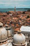 Η εναέρια άποψη της καλυμμένης δια θόλου στέγης Αγίου χαρακτηρίζει τον καθεδρικό ναό στη Βενετία, αυτό Στοκ Φωτογραφίες