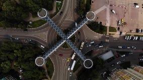 Η εναέρια άποψη της κυκλοφορίας στη διασταύρωση κυκλικής κυκλοφορίας με τη συμπαθητική για τους πεζούς διάβαση πεζών αρχιτεκτονικ φιλμ μικρού μήκους