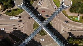 Η εναέρια άποψη της κυκλοφορίας στη διασταύρωση κυκλικής κυκλοφορίας με τη συμπαθητική για τους πεζούς διάβαση πεζών αρχιτεκτονικ απόθεμα βίντεο