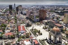 Η εναέρια άποψη της Πόλης του Μεξικού κεντροθετεί ένα μνημείο επαναστάσεων στοκ εικόνα