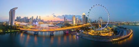 Η εναέρια άποψη του εικονικού ιπτάμενου της Σιγκαπούρης, κόλπος μαρινών στρώνει με άμμο το ξενοδοχείο και μέρος F1 της διαδρομής στοκ εικόνες