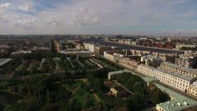 Η εναέρια άποψη του ιστορικού κέντρου της Άγιος-Πετρούπολης με την άποψη σχετικά με το θερμοκήπιο και Taurian καλλιεργούν απόθεμα βίντεο