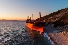Η εναέρια άποψη του φορτηγού πλοίου τρέχει προσαραγμένο στην άγρια ακτή, ναυάγιο μετά από τη θύελλα στοκ φωτογραφία με δικαίωμα ελεύθερης χρήσης
