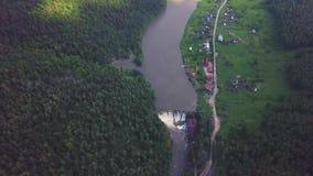 Η εναέρια άποψη του φράγματος στον ποταμό με τα δέντρα κάλυψε το κίτρινο φύλλωμα απόθεμα βίντεο