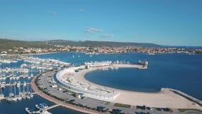 Η εναέρια άποψη του όμορφου σύγχρονου ναυτικού Sukosan συσκεύασε πυκνά με τις πλέοντας βάρκες και τα γιοτ, μαρίνα Dalmacija φιλμ μικρού μήκους