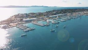 Η εναέρια άποψη του όμορφου σύγχρονου ναυτικού Sukosan συσκεύασε πυκνά με τις πλέοντας βάρκες και τα γιοτ, μαρίνα Dalmacija απόθεμα βίντεο