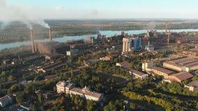 Η εναέρια άποψη των βιομηχανικών εγκαταστάσεων με το κάπνισμα διοχετεύει με σωλήνες κοντά στην πόλη βιομηχανική νεώτερη ζώνη καθα απόθεμα βίντεο