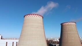 Η εναέρια άποψη των βιομηχανικών εγκαταστάσεων με το κάπνισμα διοχετεύει με σωλήνες κοντά στην πόλη βιομηχανική νεώτερη ζώνη καθα φιλμ μικρού μήκους