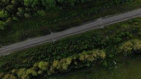 Η εναέρια άποψη των διαδρομών σιδηροδρόμου, η κάμερα περιστρέφεται γύρω από τις διαδρομές απόθεμα βίντεο