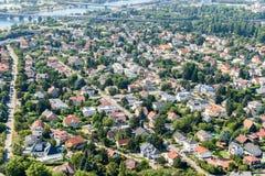 Η εναέρια άποψη των προαστίων στεγάζει τις στέγες στην πόλη της Βιέννης Στοκ Εικόνα