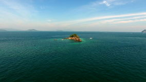Η εναέρια άποψη, copter πετά γύρω από το βράχο στον Ινδικό Ωκεανό, κοντά σε Phuket, Ταϊλάνδη απόθεμα βίντεο
