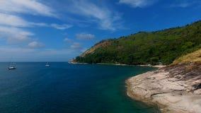 Η εναέρια άποψη Copter του γιοτ έδεσε σε έναν κόλπο κοντά στην παραλία, όπου οι άνθρωποι κολυμπούν και έχουν sunbath απόθεμα βίντεο