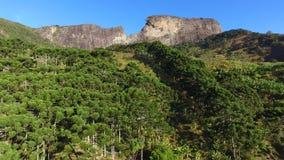 Η εναέρια άποψη ` Pedra do Bau ` και το ` Pedra do Bau ` σύνθετο είναι σχηματισμοί βράχου στα βουνά Mantiqueira Βρίσκονται στο θό απόθεμα βίντεο