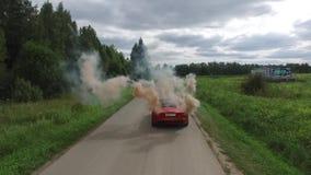 Η εναέρια έρευνα για το κόκκινο πηγαίνει στο δρόμο και το ζεύγος χρησιμοποιώντας το χρωματισμένο καπνό Πέταγμα πέρα από το κλασικ φιλμ μικρού μήκους