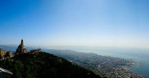 Η εναέρια πανοραμική άποψη στη βασιλική του Saint-Paul κοντά σε Harissa τοποθετεί στο Λίβανο και την πόλη και τον κόλπο Jounieh σ Στοκ φωτογραφία με δικαίωμα ελεύθερης χρήσης