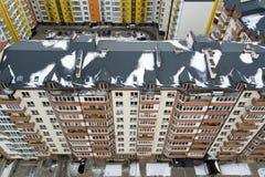 Η εναέρια χειμερινή τοπ άποψη της ψηλής πολυκατοικίας, καπνοδόχοι τούβλου, κεράμωσε τη στέγη Αστική υποδομή, άποψη άνωθεν στοκ εικόνες με δικαίωμα ελεύθερης χρήσης