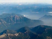 Η εναέρια όψη του βουνού ακτών κυμαίνεται Π.Χ. στον Καναδά Στοκ Εικόνα