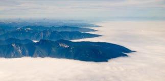 Η εναέρια όψη του βουνού ακτών κυμαίνεται Π.Χ. στον Καναδά Στοκ Εικόνες
