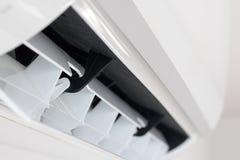 Η ενεργοποίηση του κλιματιστικού μηχανήματος, κλείνει επάνω την άποψη στοκ φωτογραφία με δικαίωμα ελεύθερης χρήσης