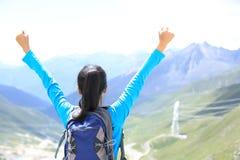 Η ενθαρρυντική πεζοπορία γυναίκα απολαμβάνει την όμορφη θέα στην αιχμή βουνών στο Θιβέτ, Κίνα Στοκ Εικόνες
