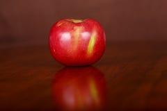 Η ενιαία Apple στον ξύλινο πίνακα Στοκ εικόνα με δικαίωμα ελεύθερης χρήσης