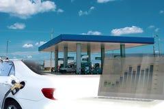Η εννοιολογική επιχειρησιακή οικονομική διπλή έκθεση του βενζινάδικου και τα αυτοκίνητα με τα χρήματα αποθεμάτων σχεδιάζουν στοκ εικόνες