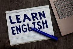 Η εννοιολογική παρουσίαση γραψίματος χεριών μαθαίνει τα αγγλικά Η καθολική γλωσσική εύκολη επικοινωνία κειμένων επιχειρησιακών φω στοκ εικόνες