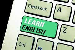 Η εννοιολογική παρουσίαση γραψίματος χεριών μαθαίνει τα αγγλικά Η καθολική γλωσσική εύκολη επικοινωνία κειμένων επιχειρησιακών φω στοκ εικόνα