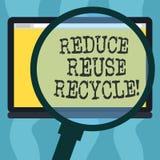 Η εννοιολογική παρουσίαση γραψίματος χεριών μειώνει την επαναχρησιμοποίηση ανακύκλωσης Επίδειξη επιχειρησιακών φωτογραφιών που πε ελεύθερη απεικόνιση δικαιώματος