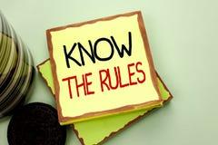 Η εννοιολογική παρουσίαση γραψίματος χεριών ξέρει τους κανόνες Η επίδειξη επιχειρησιακών φωτογραφιών γνωρίζει τις διαδικασίες πρω στοκ εικόνα
