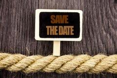 Η εννοιολογική παρουσίαση κειμένων γραψίματος σώζει την ημερομηνία Πρόσκληση γραπτό υπενθύμιση Blackboar γαμήλιας επετείου επίδει Στοκ εικόνες με δικαίωμα ελεύθερης χρήσης