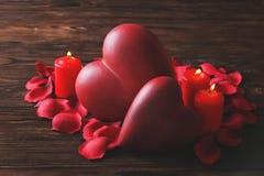 Η εννοιολογική φωτογραφία της πρότασης γάμου ή δέσμευσης υπαινίσσεται με τα κεριά στη μορφή της καρδιάς Του ST ημέρα βαλεντίνων ` στοκ εικόνα