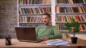 Η ενοχλημένη εργασία επιχειρηματιών για το lap-top και κάνει τα αρνητικά σχόλια Ράφια στην ανασκόπηση απόθεμα βίντεο