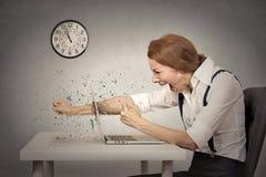 Η εξαγριωμένη επιχειρηματίας ρίχνει μια διάτρηση στον υπολογιστή, κραυγή στοκ εικόνα
