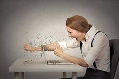 Η εξαγριωμένη επιχειρηματίας ρίχνει μια διάτρηση στον υπολογιστή, κραυγή στοκ φωτογραφία με δικαίωμα ελεύθερης χρήσης