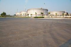Η δεξαμενή αποθήκευσης πετρελαίου εγκαταστάσεων καθαρισμού στοκ εικόνα