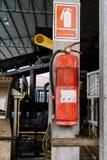 Η δεξαμενή πυροσβεστήρων είναι πολύ παλαιά Ένωση σε έναν πόλο στο fac Στοκ φωτογραφία με δικαίωμα ελεύθερης χρήσης