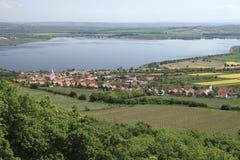 Η δεξαμενή Nove Mlyny και το χωριό Pavlov Στοκ εικόνα με δικαίωμα ελεύθερης χρήσης
