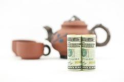 Η εξεταζόμενη χρηματοδοτική απόφαση παίρνει το χρόνο για το τσάι Στοκ Φωτογραφίες