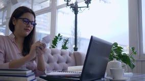 Η εξοργισμένη γυναίκα σπουδαστής βγάζει επιθετικά και ρίχνοντας το τσαλακωμένο έγγραφο από το σημειωματάριο κατά τη διάρκεια της  απόθεμα βίντεο