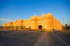 Η εξωτερική άποψη της ακρόπολης του οχυρού Qaitbay Qaitbay, είναι ένα αμυντικό φρούριο 15ου αιώνα που βρίσκεται στην ακτή Μεσογεί στοκ φωτογραφία