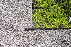 Η εξωτερική διάβαση πεζών είναι μια πέτρα και σύνορα αμμοχάλικου με τη χλόη στοκ φωτογραφία με δικαίωμα ελεύθερης χρήσης