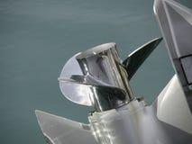 Η εξωτερική μηχανή βαρκών συντόνισε επάνω και προσπαθώντας στη πρώτη προβολή στο υπόβαθρο θάλασσας Στοκ φωτογραφία με δικαίωμα ελεύθερης χρήσης