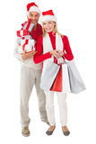 Η εορταστική εκμετάλλευση ζευγών παρουσιάζει και αγορών τσάντες Στοκ Εικόνα