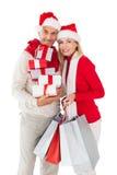 Η εορταστική εκμετάλλευση ζευγών παρουσιάζει και αγορών τσάντες Στοκ εικόνα με δικαίωμα ελεύθερης χρήσης