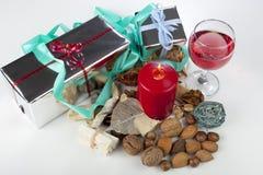 Η εορταστική εποχιακή επίδειξη Χριστουγέννων με κομματιάζει την πίτα και ένα ποτήρι του κρασιού Στοκ εικόνα με δικαίωμα ελεύθερης χρήσης