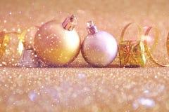 η εορταστική διακόσμηση σφαιρών δέντρων Χριστουγέννων ακτινοβολεί επάνω υπόβαθρο Στοκ Φωτογραφία